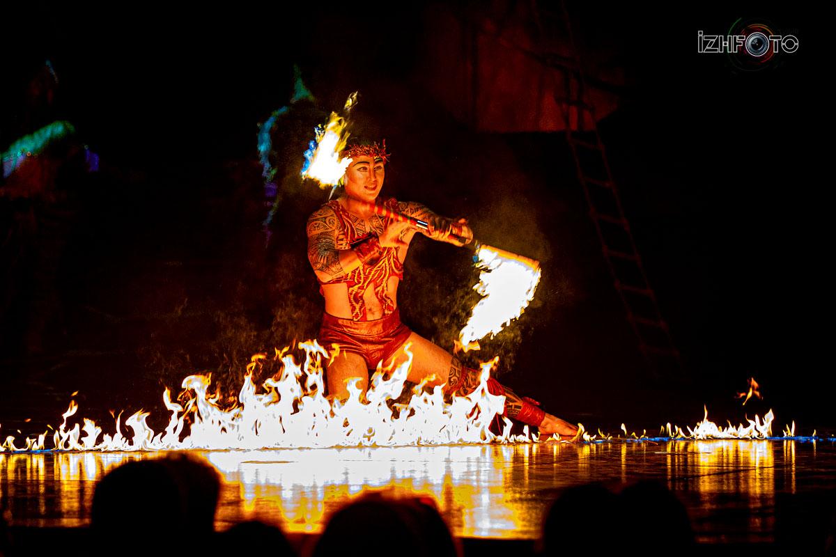 В этом ритуальном танце есть что-то одновременно первобытное и волшебное