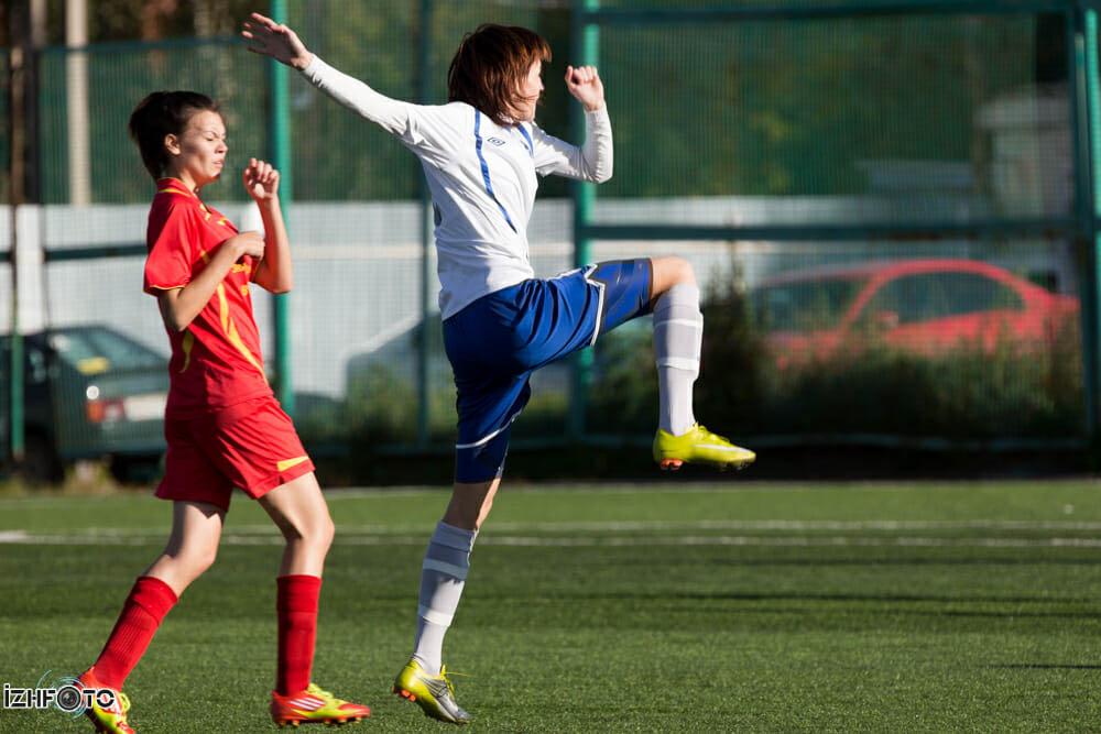 Девушки играют в футбол