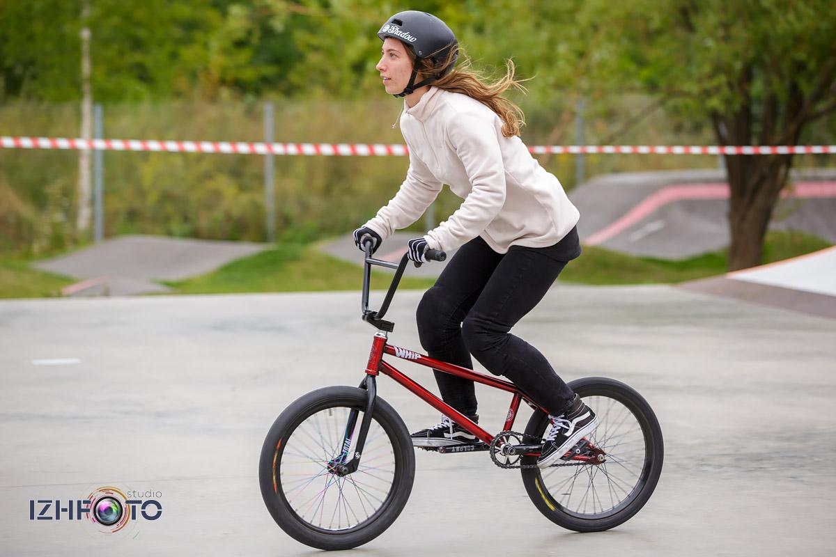 Девушки на велосипедах BMX Фото