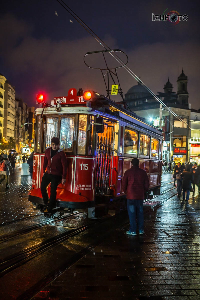 Исторический красный трамвай в Стамбуле