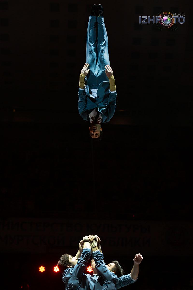 """""""Восходящие"""", акробатическая четверка п/р Родиона Прилепина"""