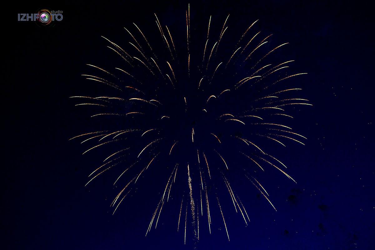 Фото праздничного салюта на акватории Ижевского пруда