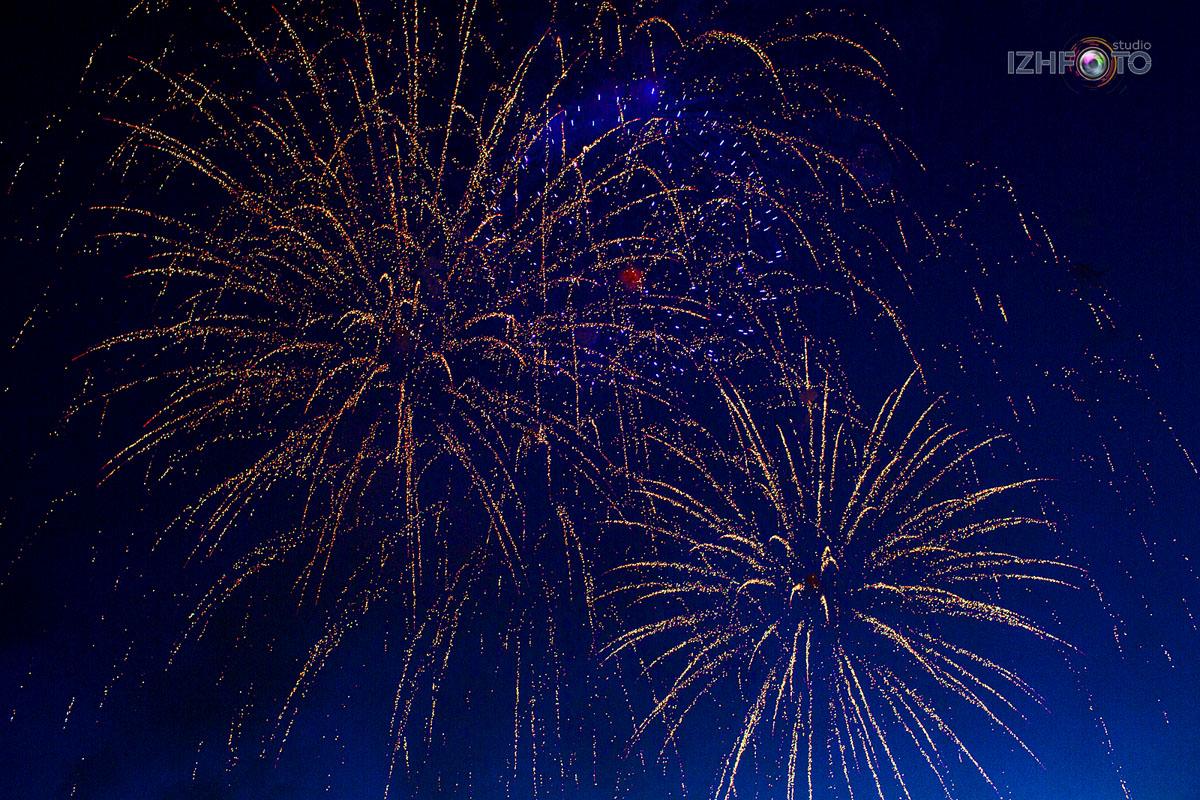 Праздничный салют в Ижевске 3 июля 2020 года Фото