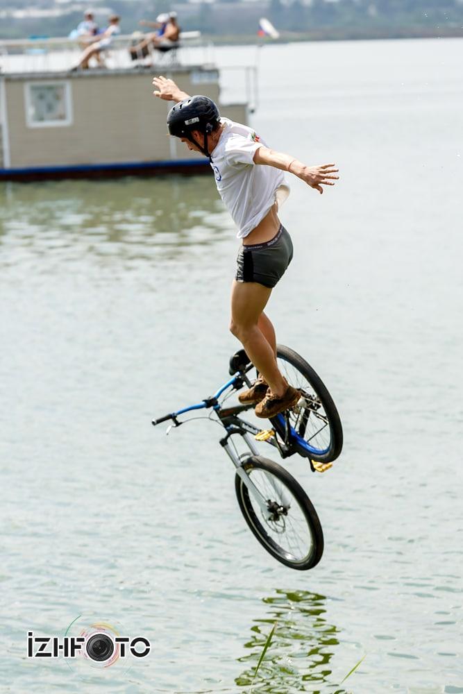Прыжки с трамплина на велосипедах в воду