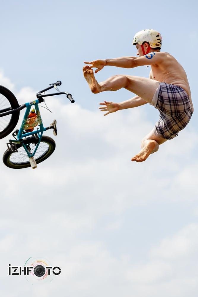 Прыжки с трамплина на велосипедах в воду Фото