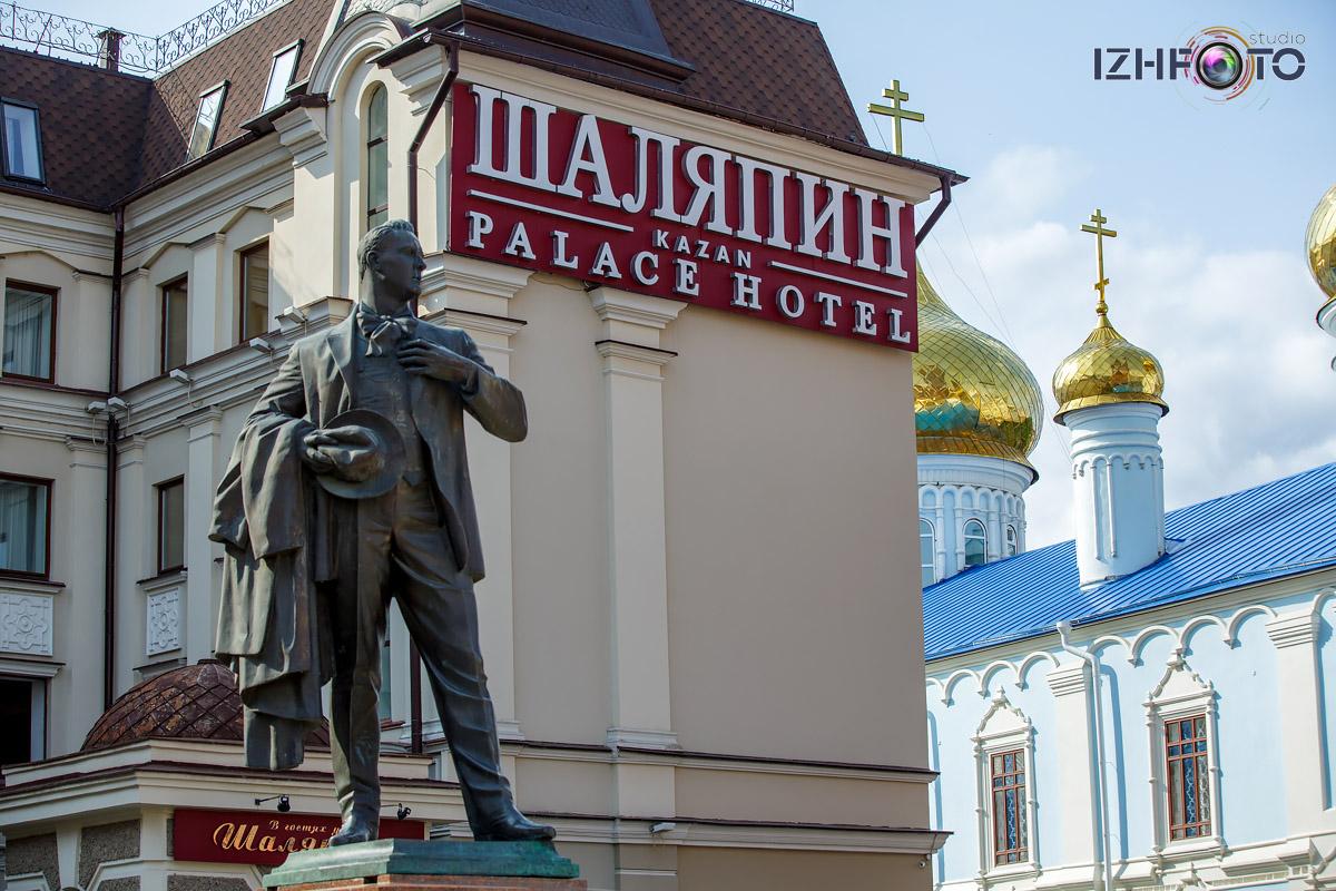 Памятник Фёдору Шаляпину у отеля Shalyapin Palace Hotel Фото