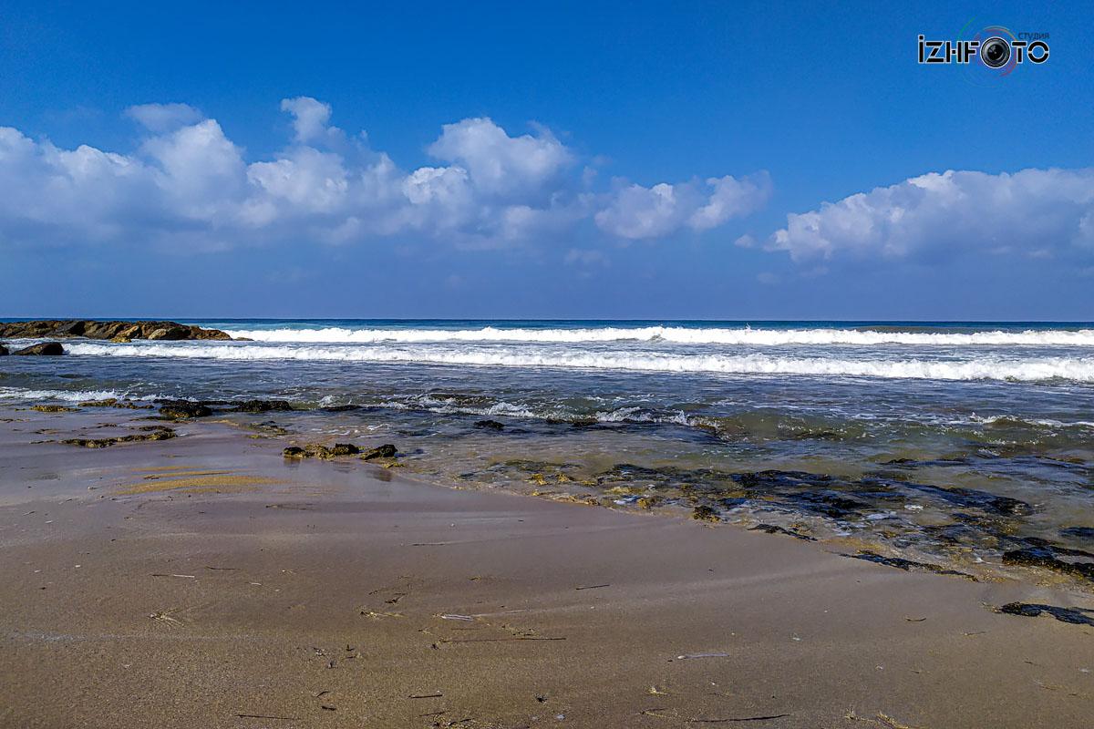 Пляж напротив Aquamare Beach Hotel & Spa