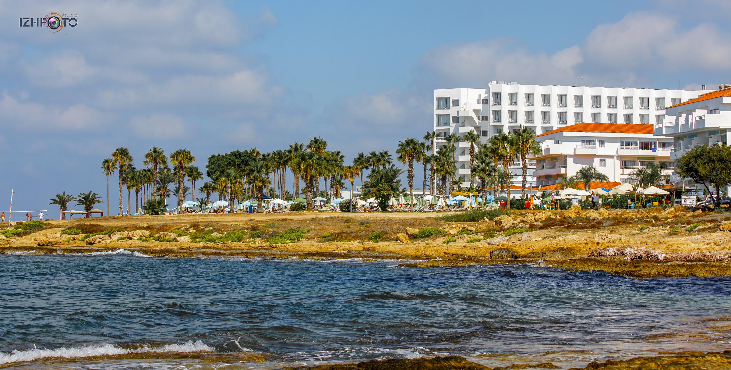 Отели, пляжи и море  в Пафосе на Кипре на фото