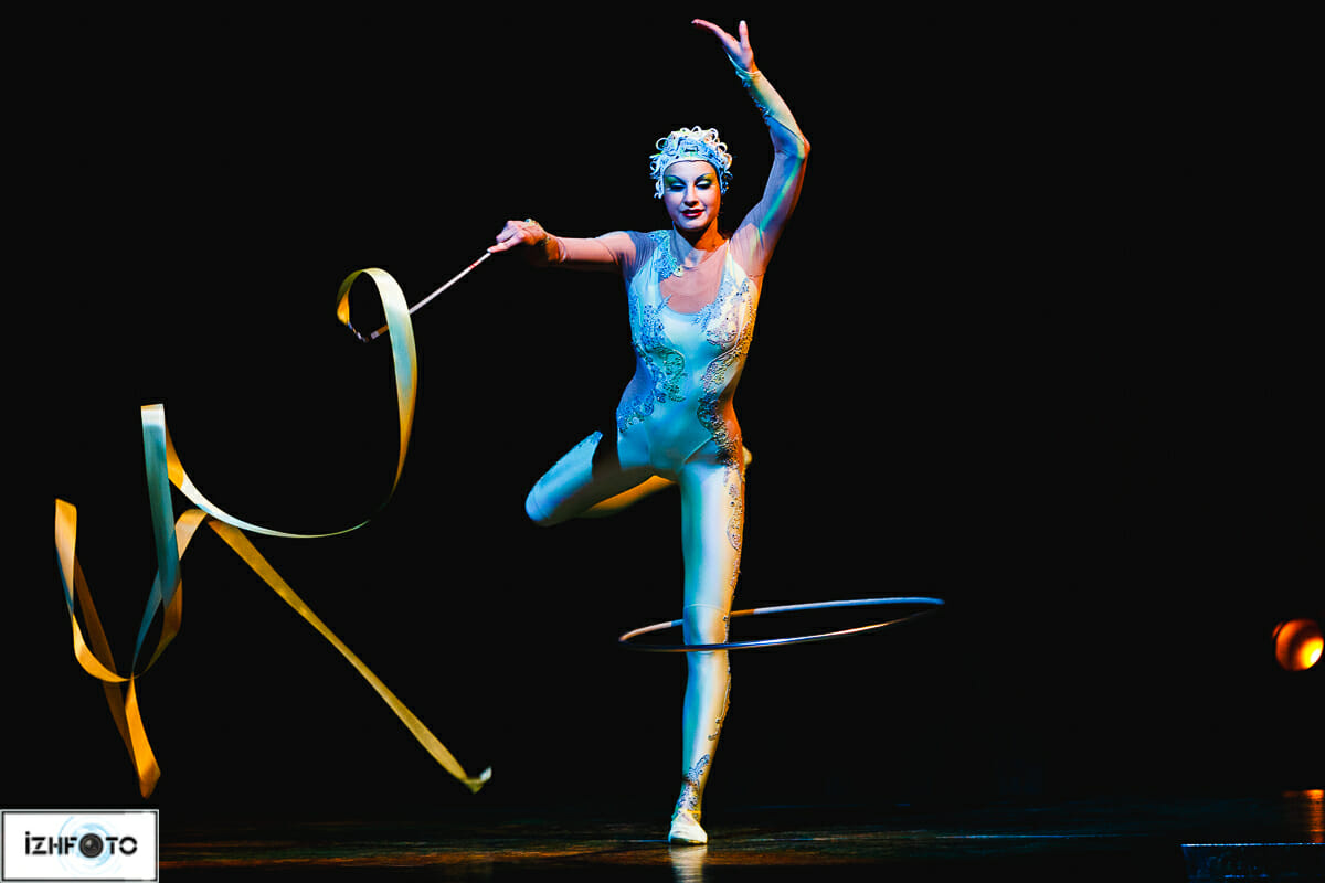 Эта исполнительница обладает мастерством художественной гимнастки, невероятной гибкостью артистки-«каучука» и грацией балерины.