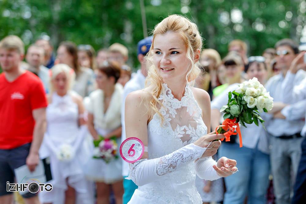 Как оригинально бросить букет невесты