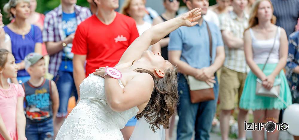Метание букетов невесты в цель