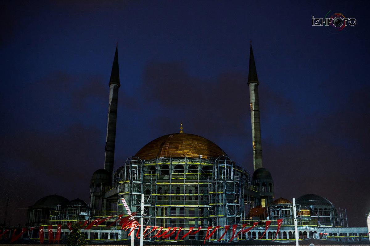 Площадь Таксим в Стамбуле ночью фото