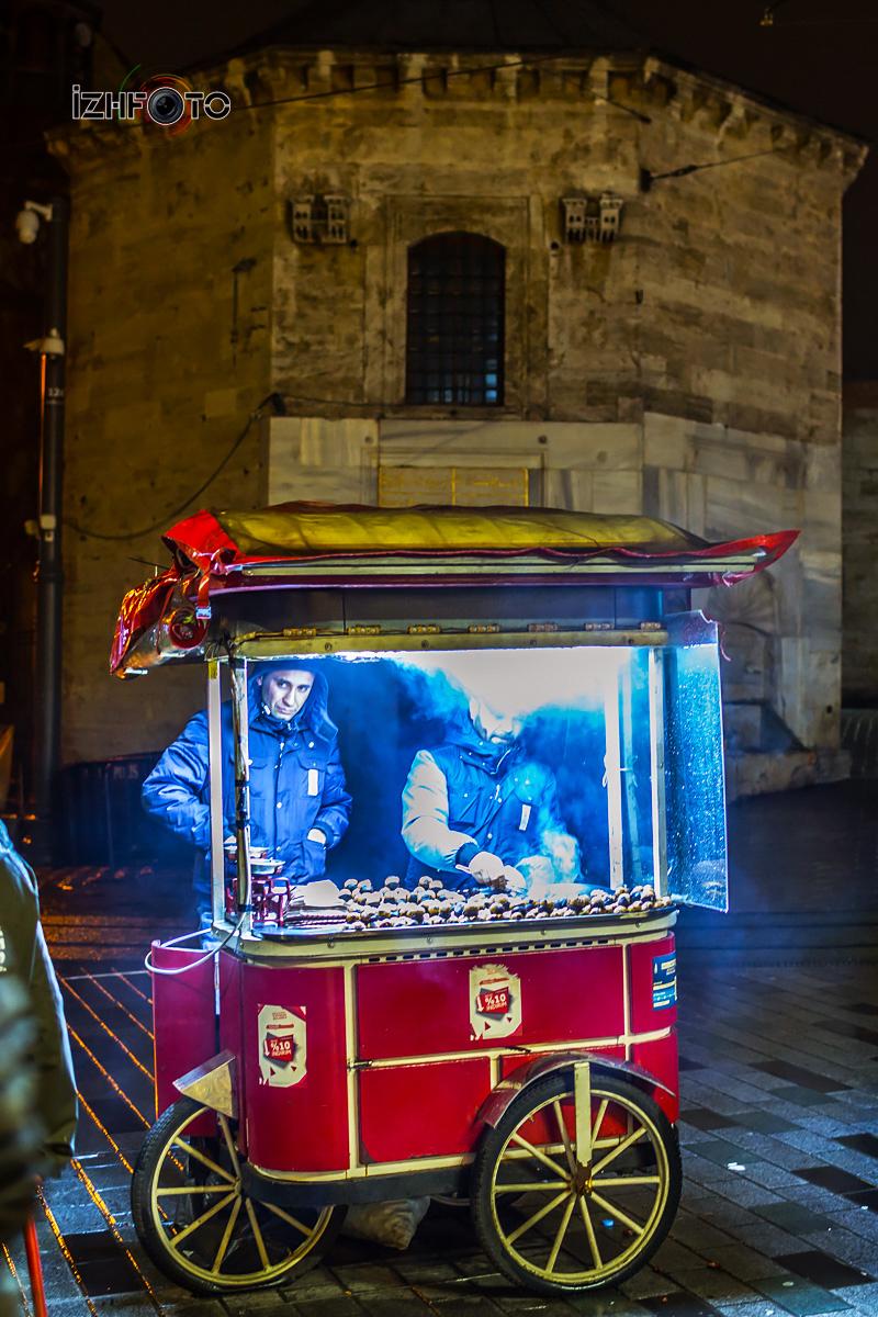 Жаренные каштаны на улице Истикляль в Стамбуле