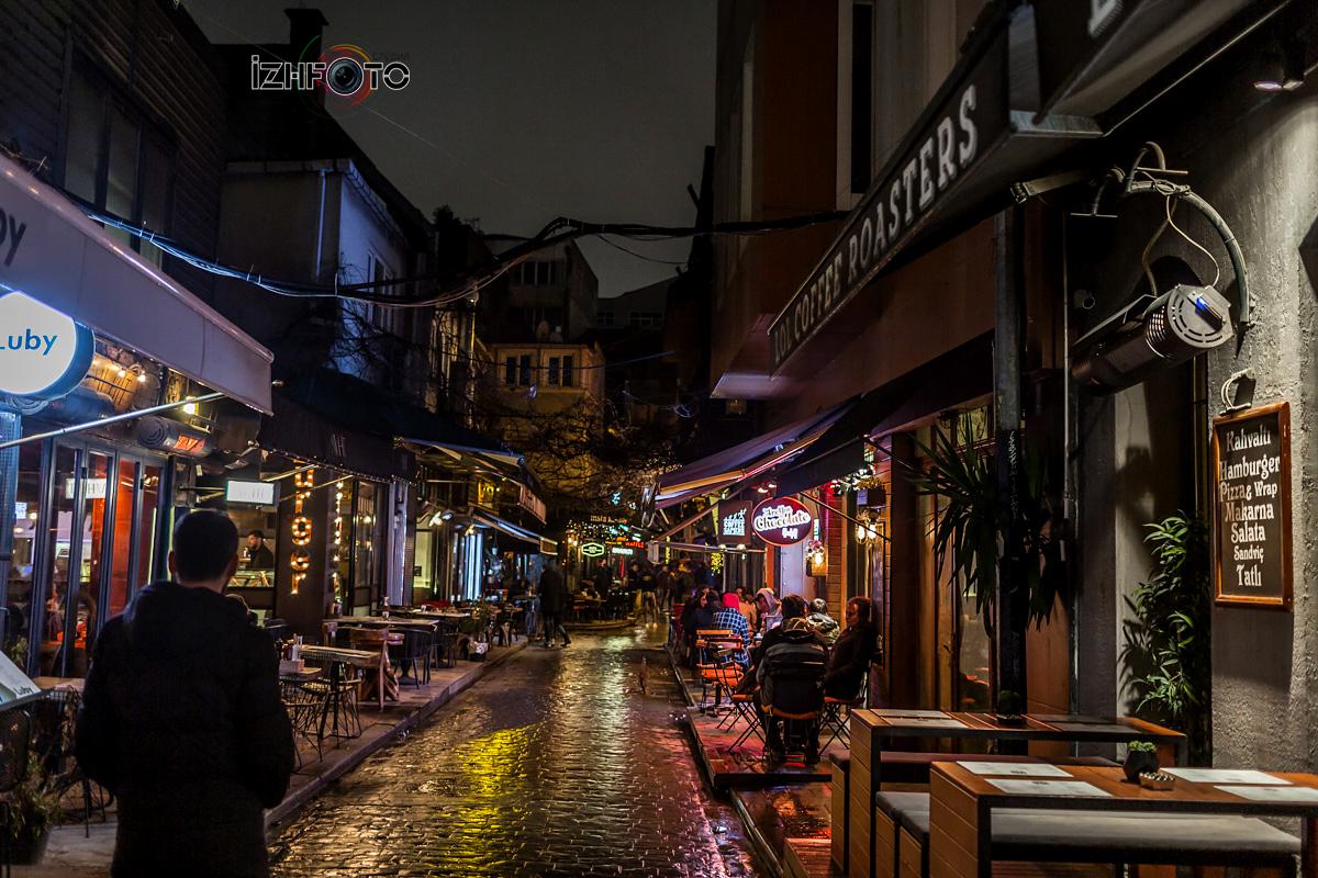 Кафе и рестораны Стамбула ночью Фото