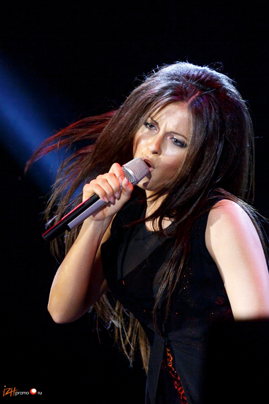 Лауреат фестиваля Песня года-2010 (сингл Выбирать чудо) - певица Нюша