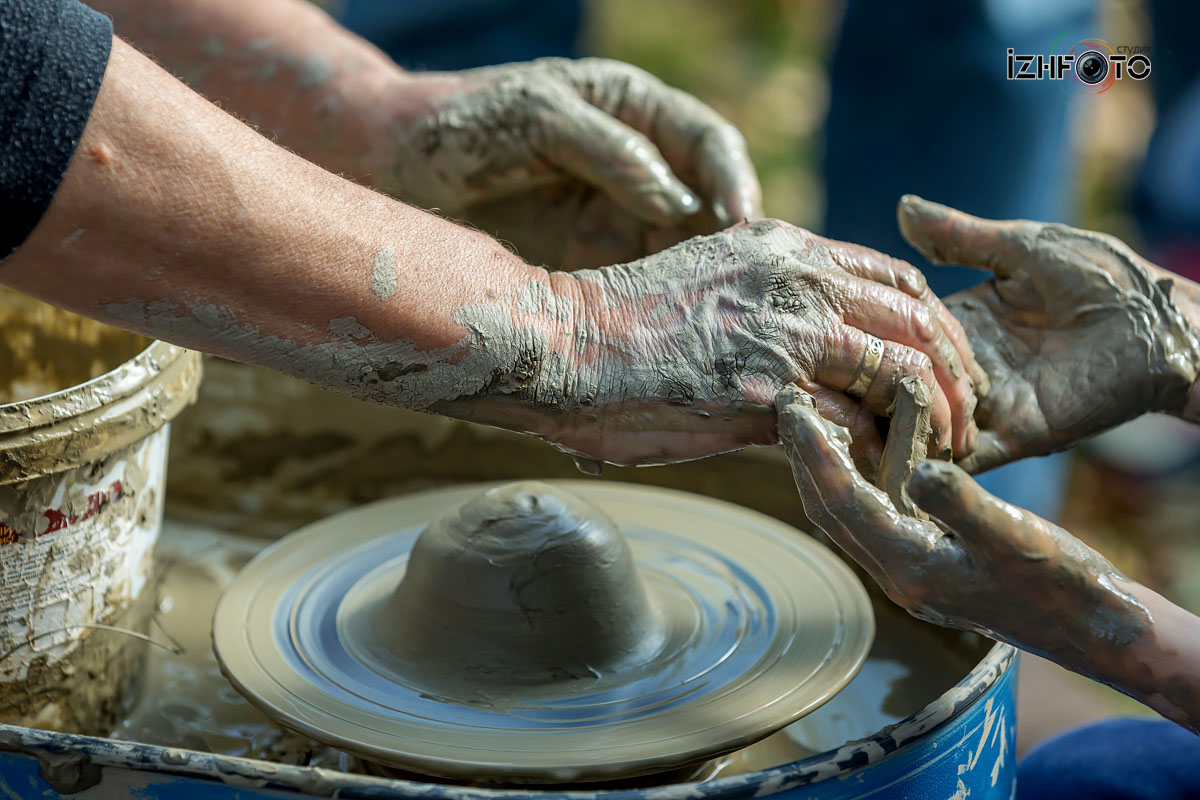 Работа с глиной на гончарному круге Фото
