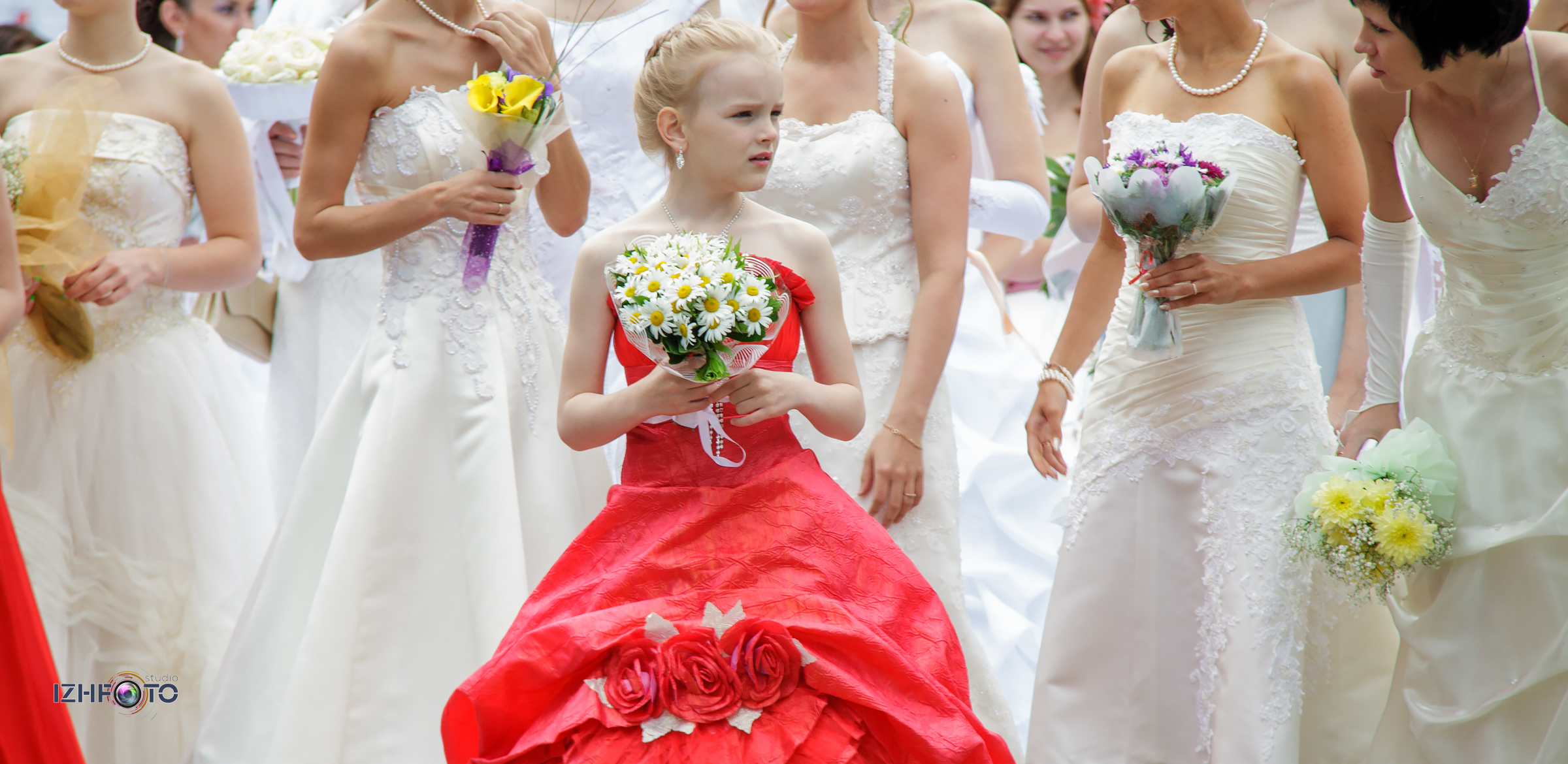 Праздник для девушек в свадебных платьях Фото