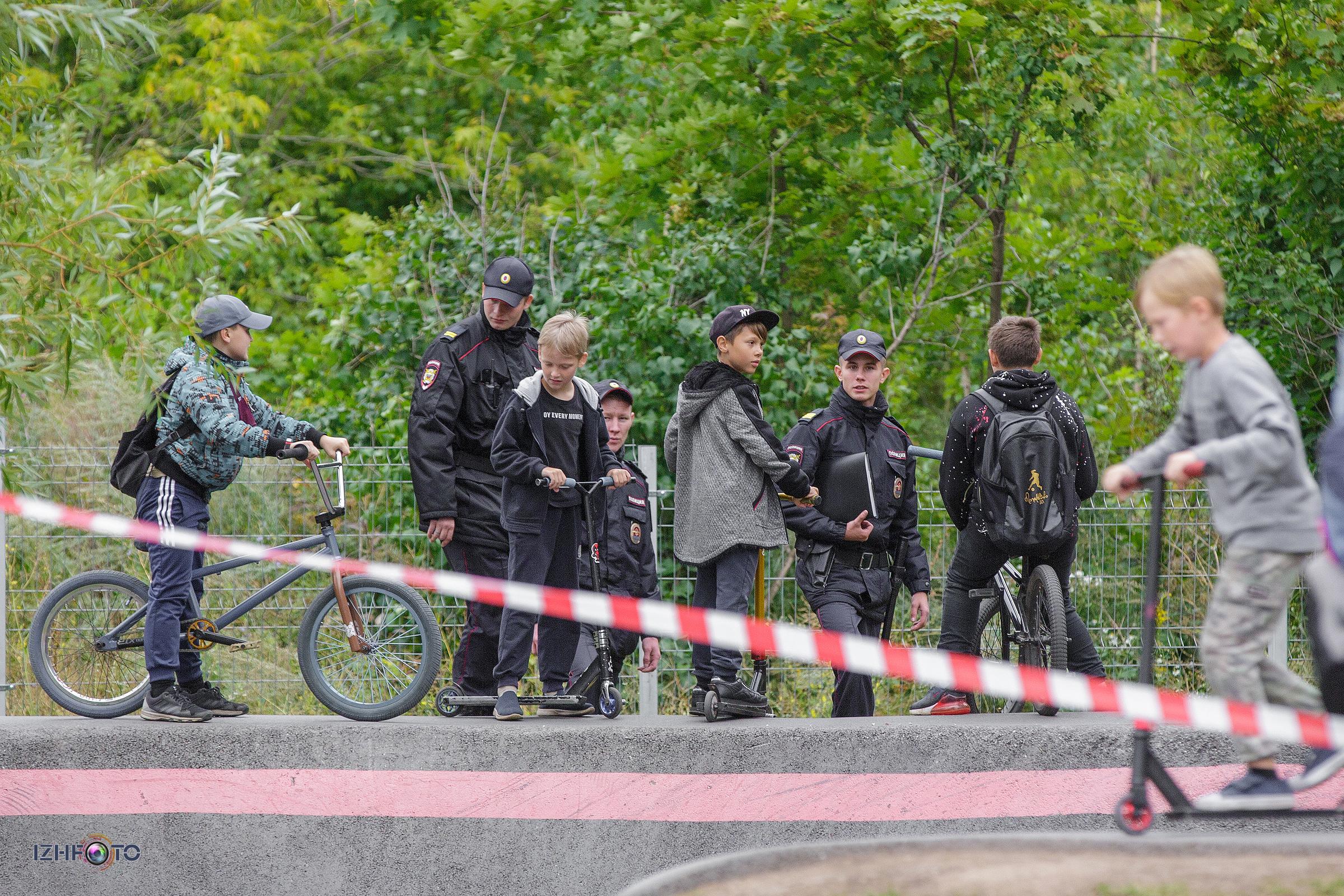 юные велосипедисты  и сотрудники полиции фото