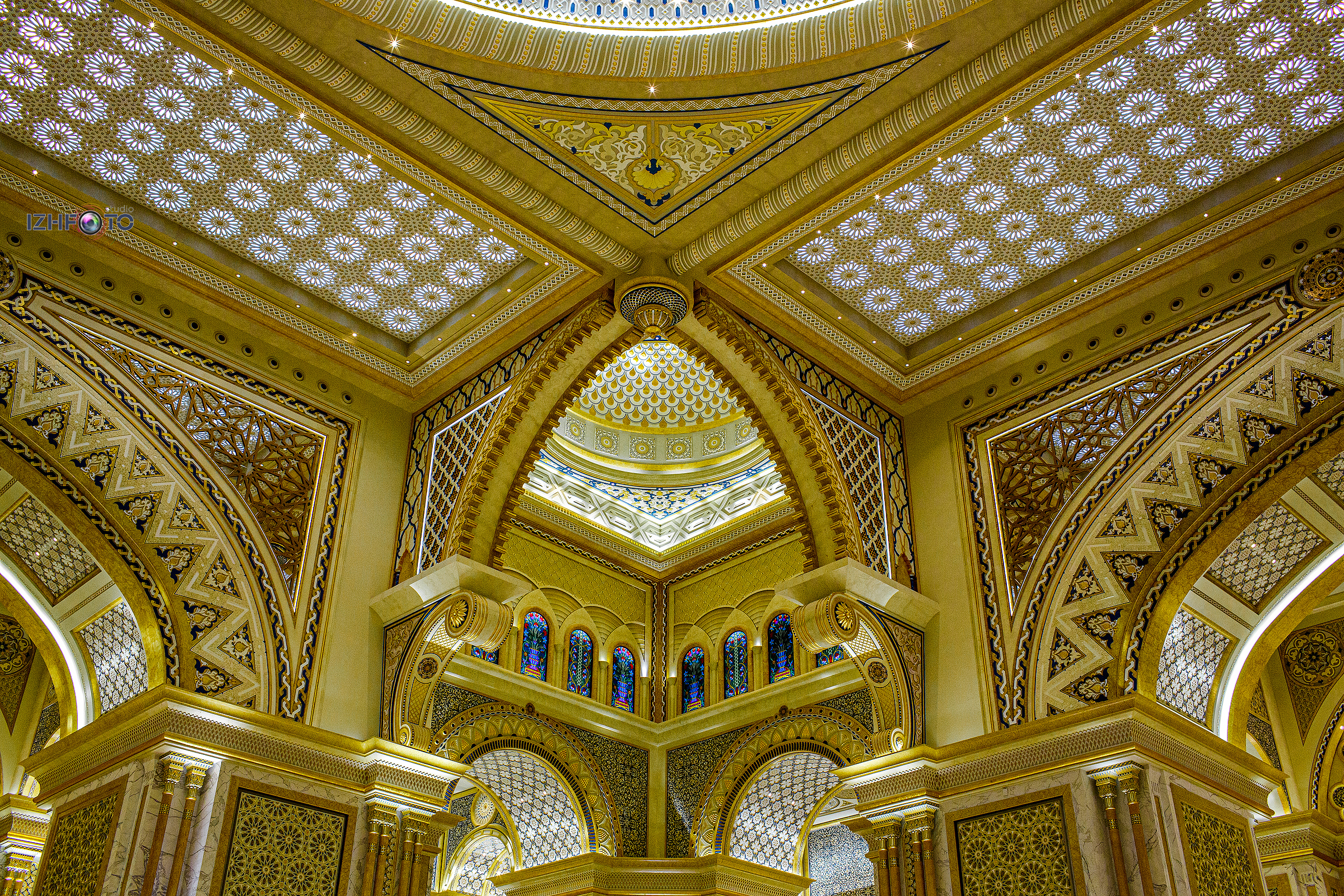 Потрясающие своды дворца Qasr Al Watan Фото