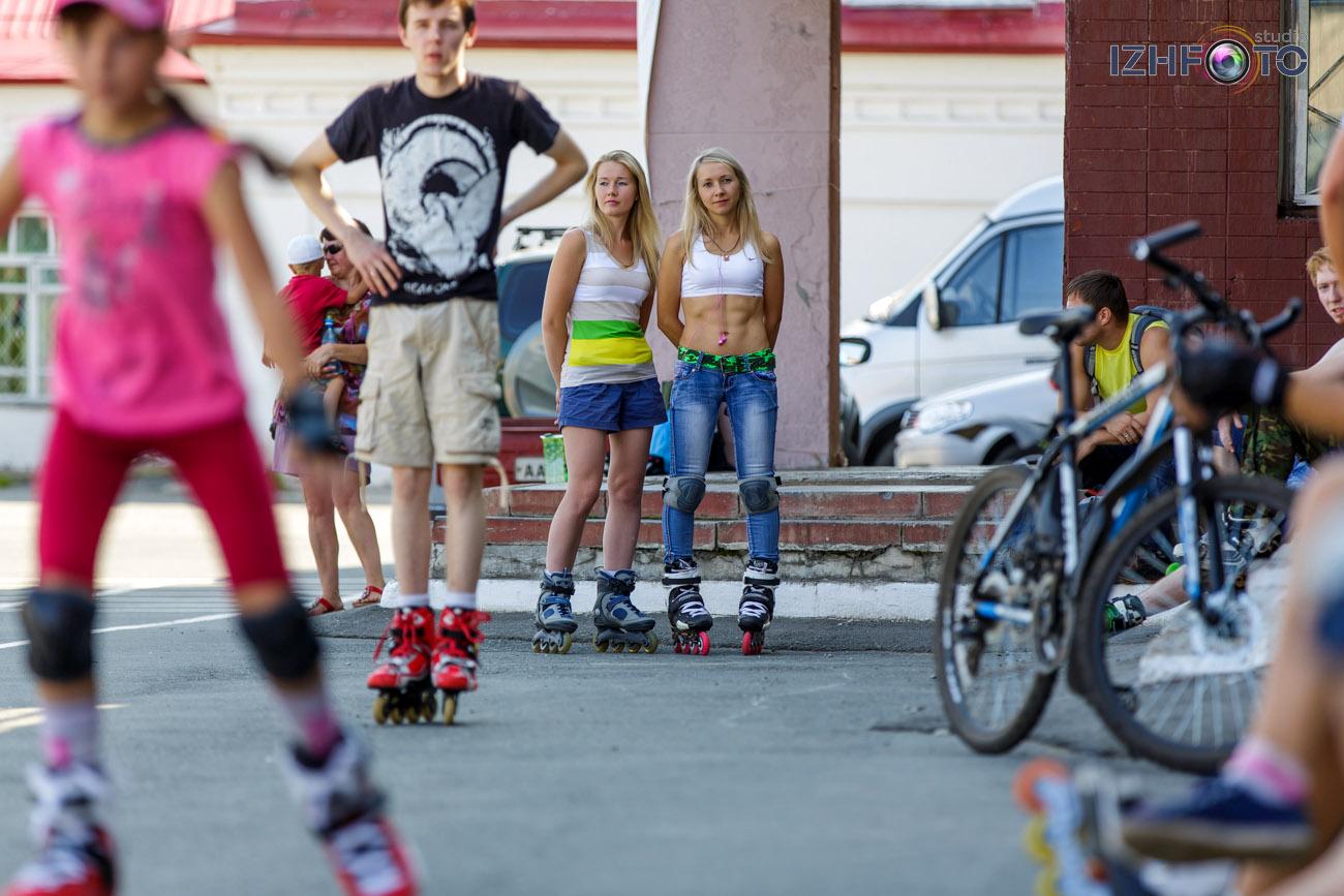 трюковое катание, основой элементов которого являются скольжения (гринды и слайды) на различных частях роликового конька