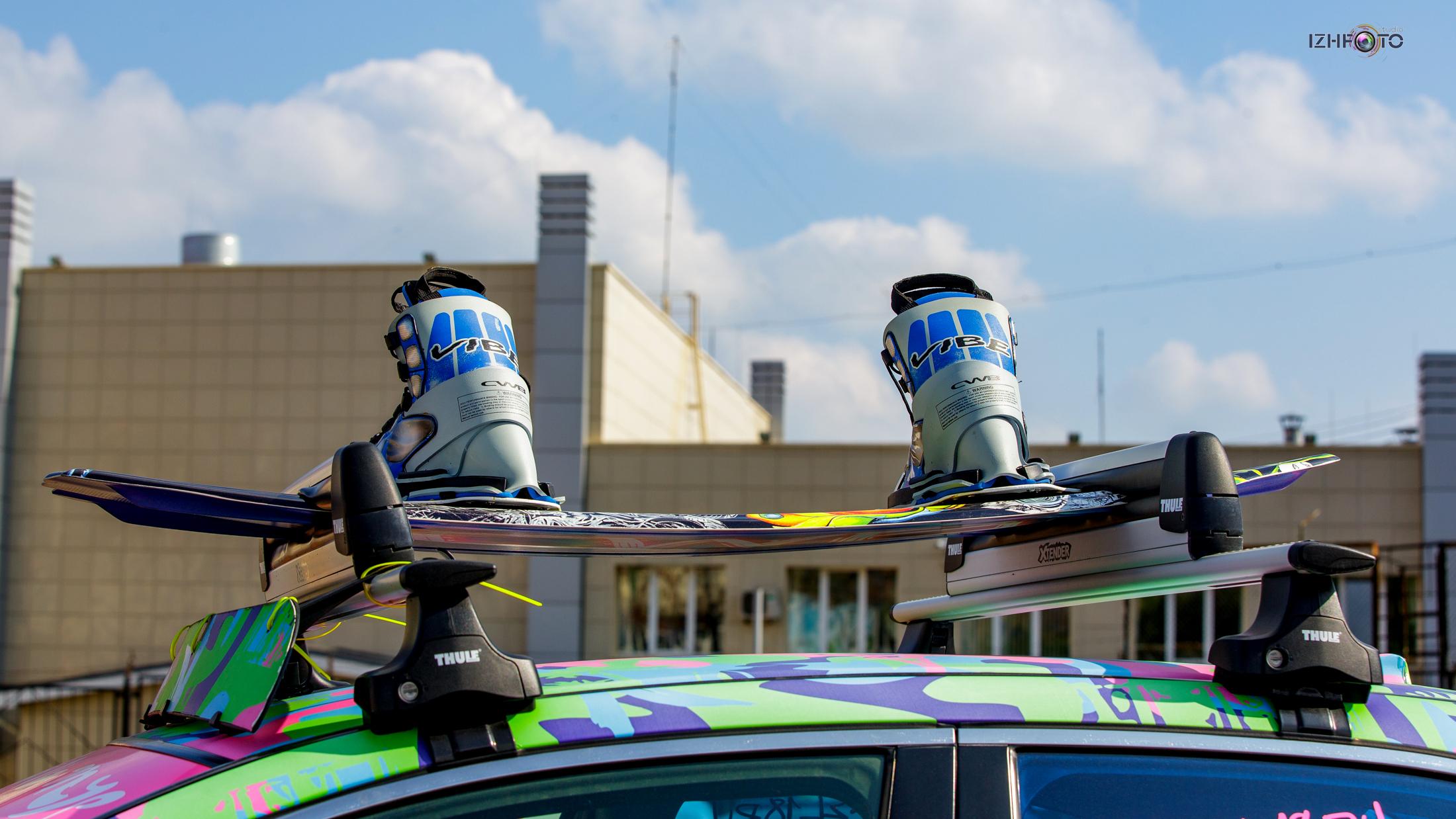 Красивый сноуборд с ботинками на крыше авто Фото