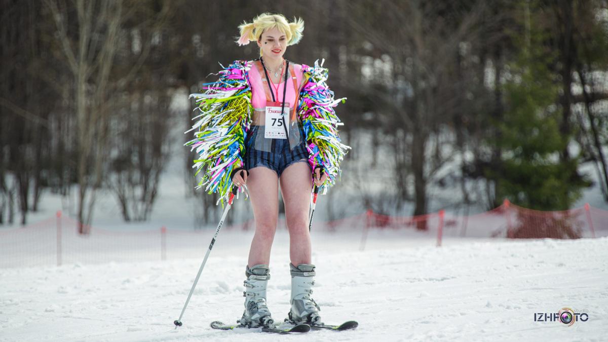 Массовый спуск в карнавальных костюмах на сноубордах