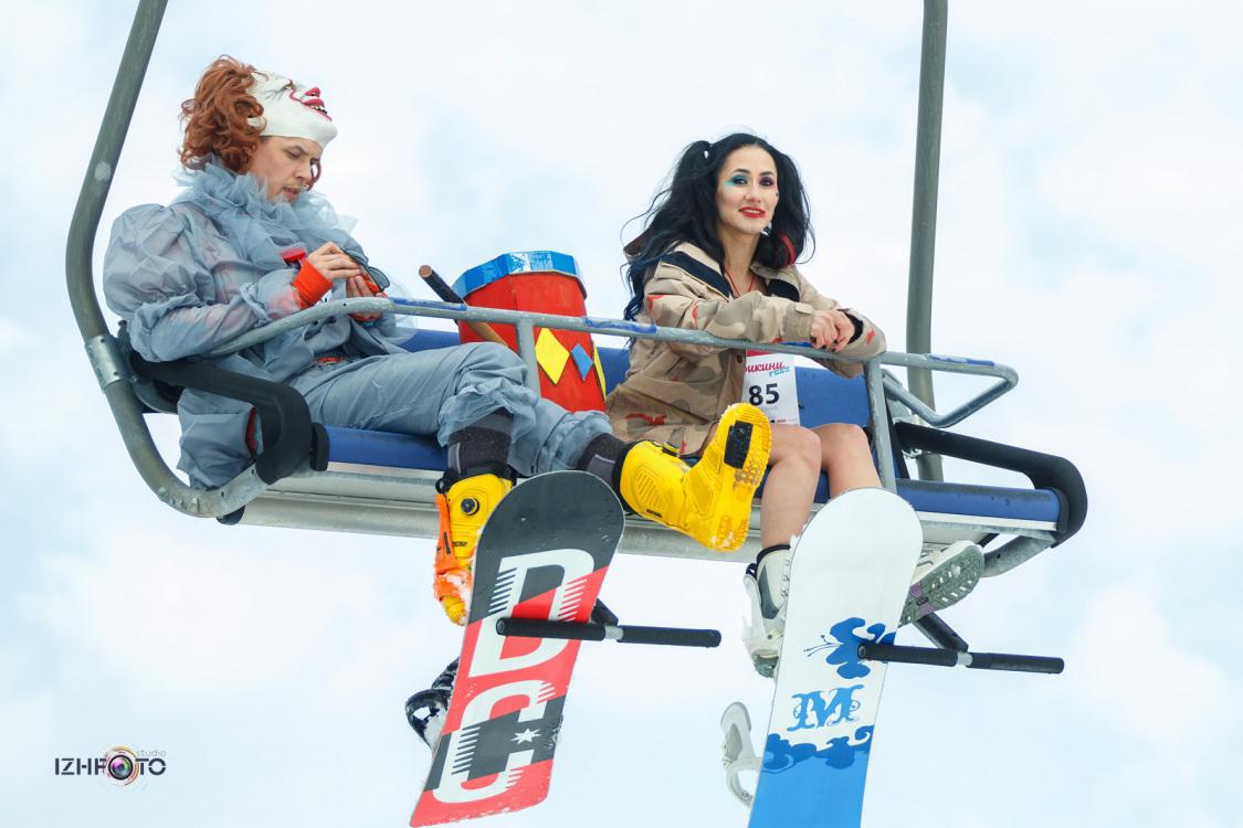 Массовый спуск в бикини на сноубордах Фото