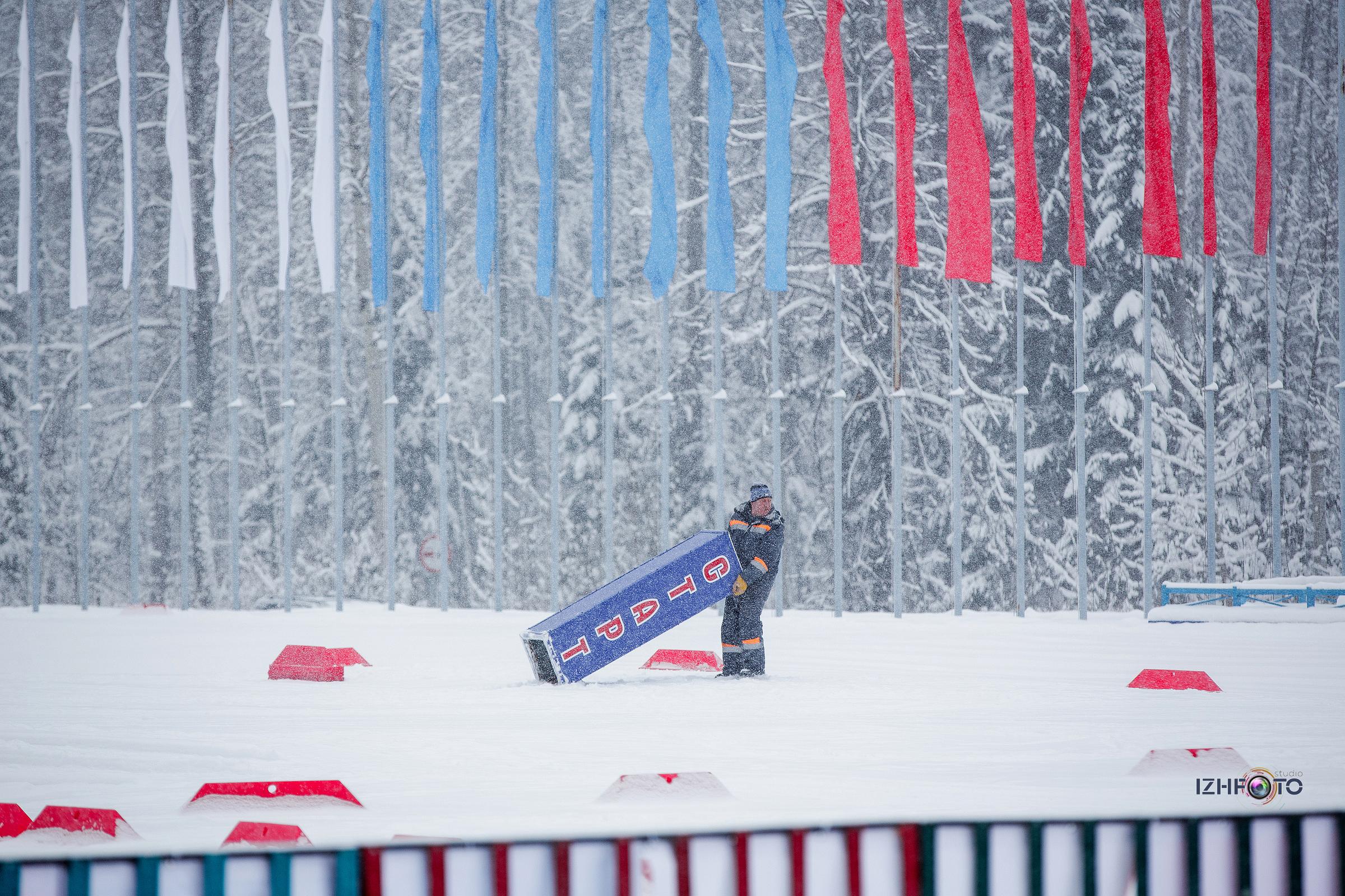 Подготовка к старту лыжной гонки Фото
