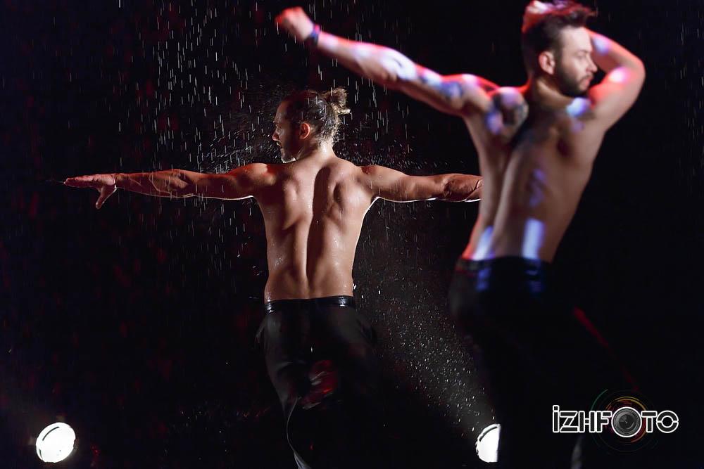 Танцы под дождем Фото