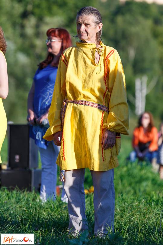 Некоторые участники фестиваля пришли в красочных национальных костюмах