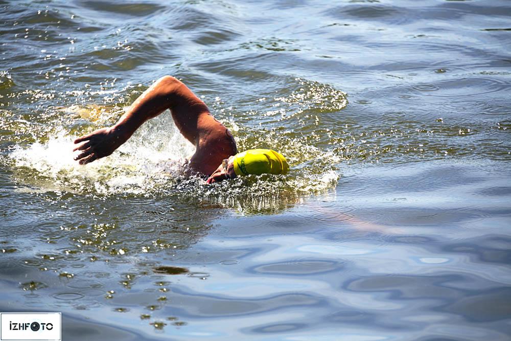 Соревнования начинаются с плавания.