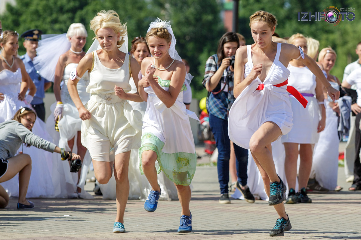 Состязания в беге среди невест Фото