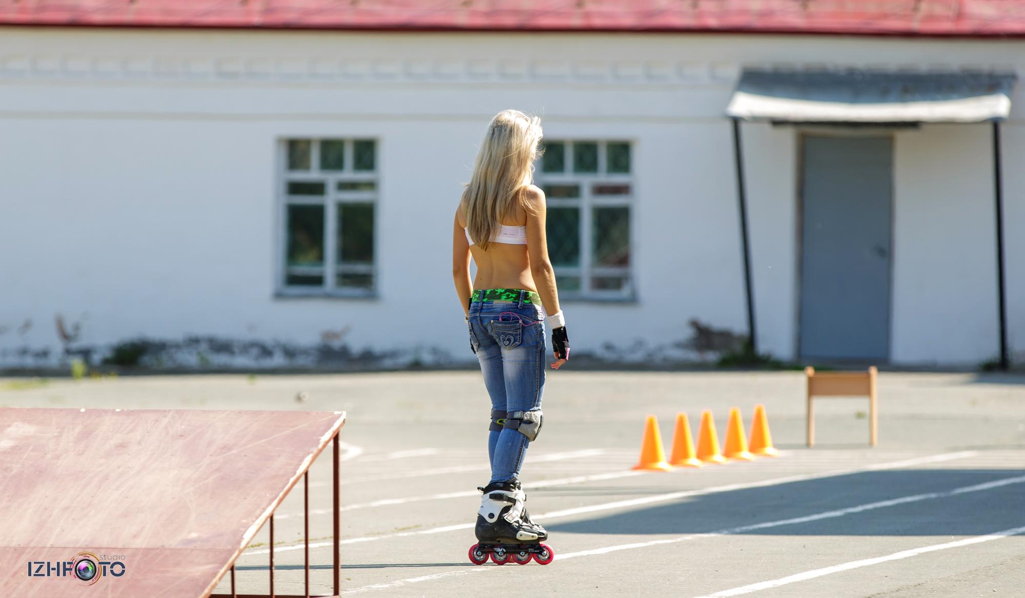 Блондинка на роликах фото